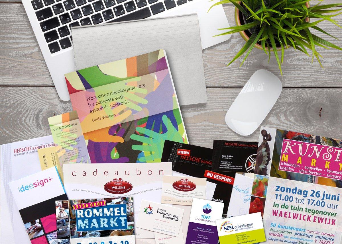 bureau met laptop en portfolio drukwerk ideesign+