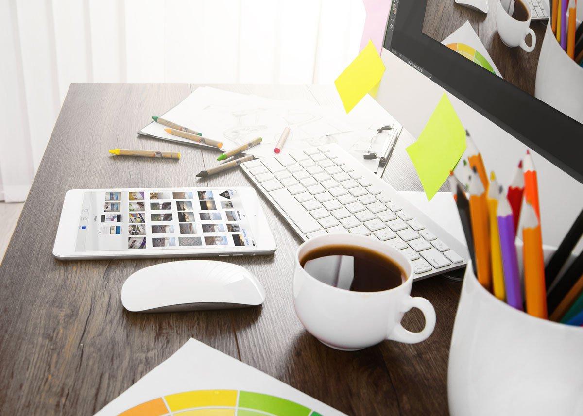 dtp bureau huisstijl met tablet, notitieboekje, potloden