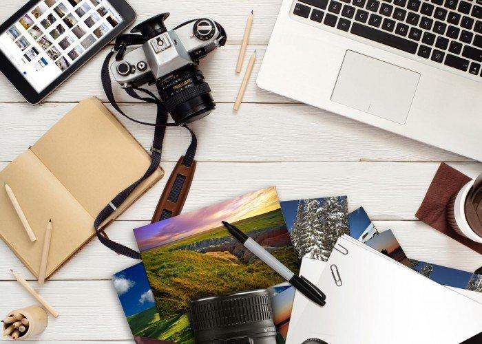 bureau met foto en beeld, fotobewerking met laptop, tablet, fotocamera, foto's