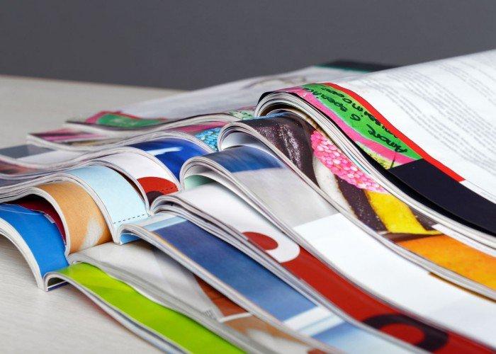 bureau met opengeslagen brochures