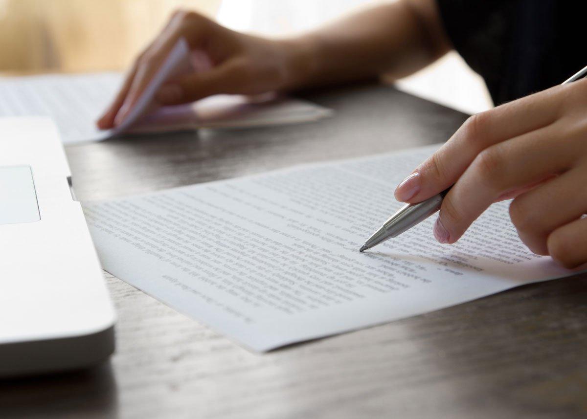 bureau met laptop, teksten redigeren